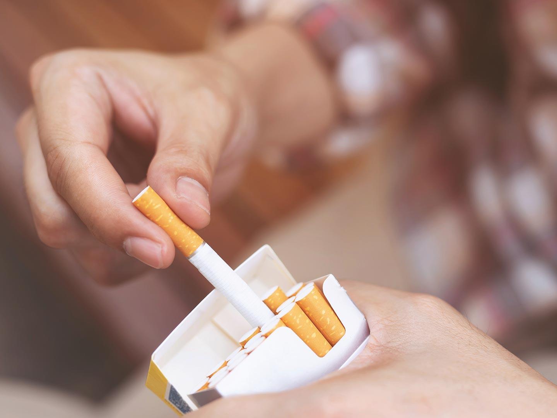 Izvlačenje cigarete iz kutije cigareta